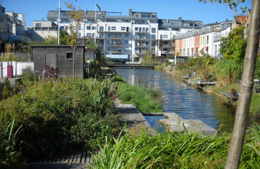 Attraktive wohnungsnahe Freiräume, ein Beispiel aus der Siedlung Västra Hamnen in Malmö (Foto: Claudia Dankl)